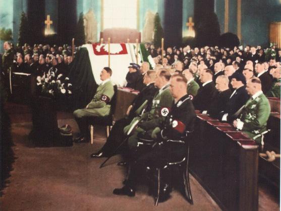 Adolf Hitler na čestném místě při pohřbu polského vůdce Pilsudského v roce 1935
