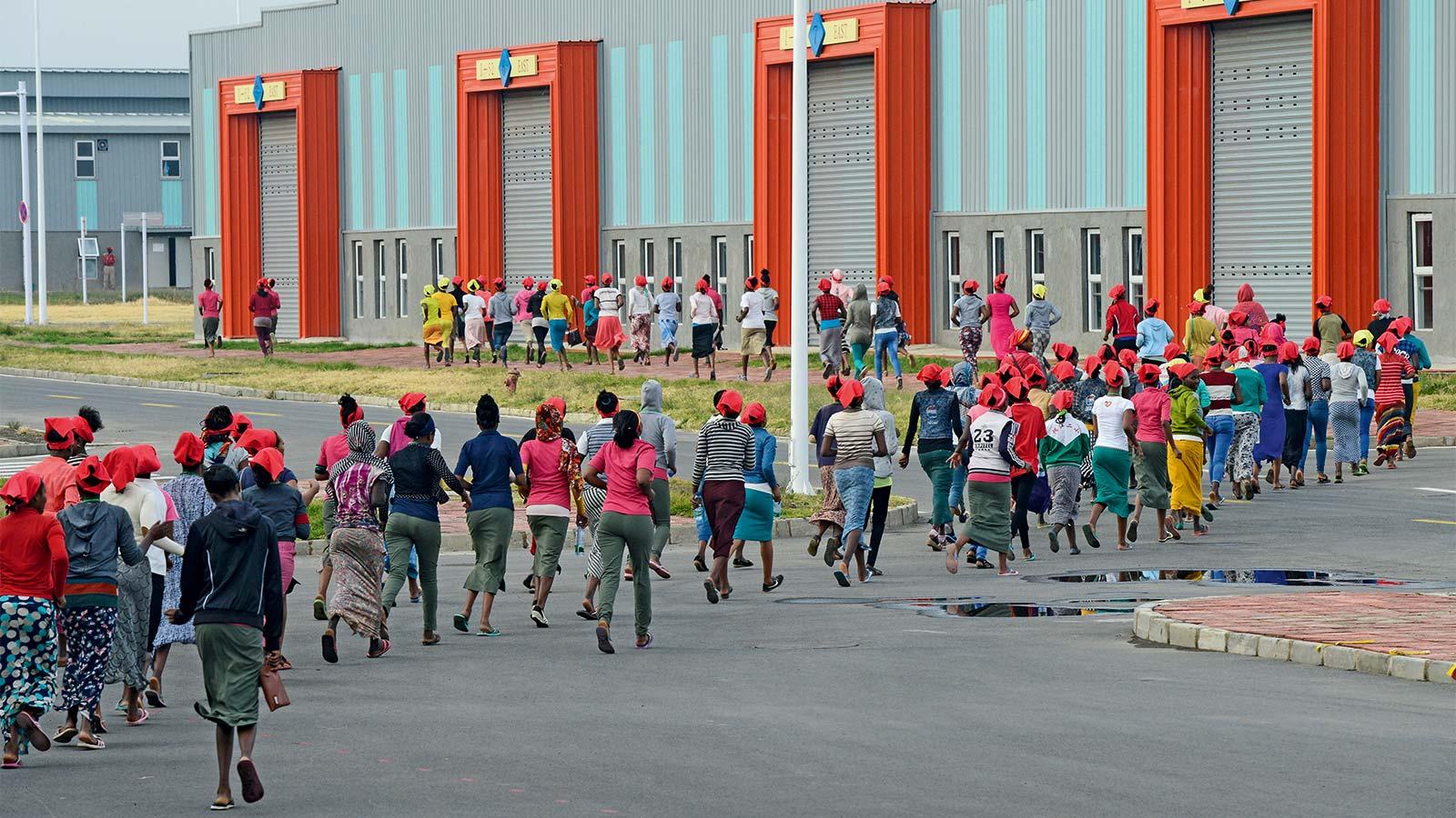 V Etiopii je tak levná pracovní síla, že se zde stále vyplatí vyrábět oblečení