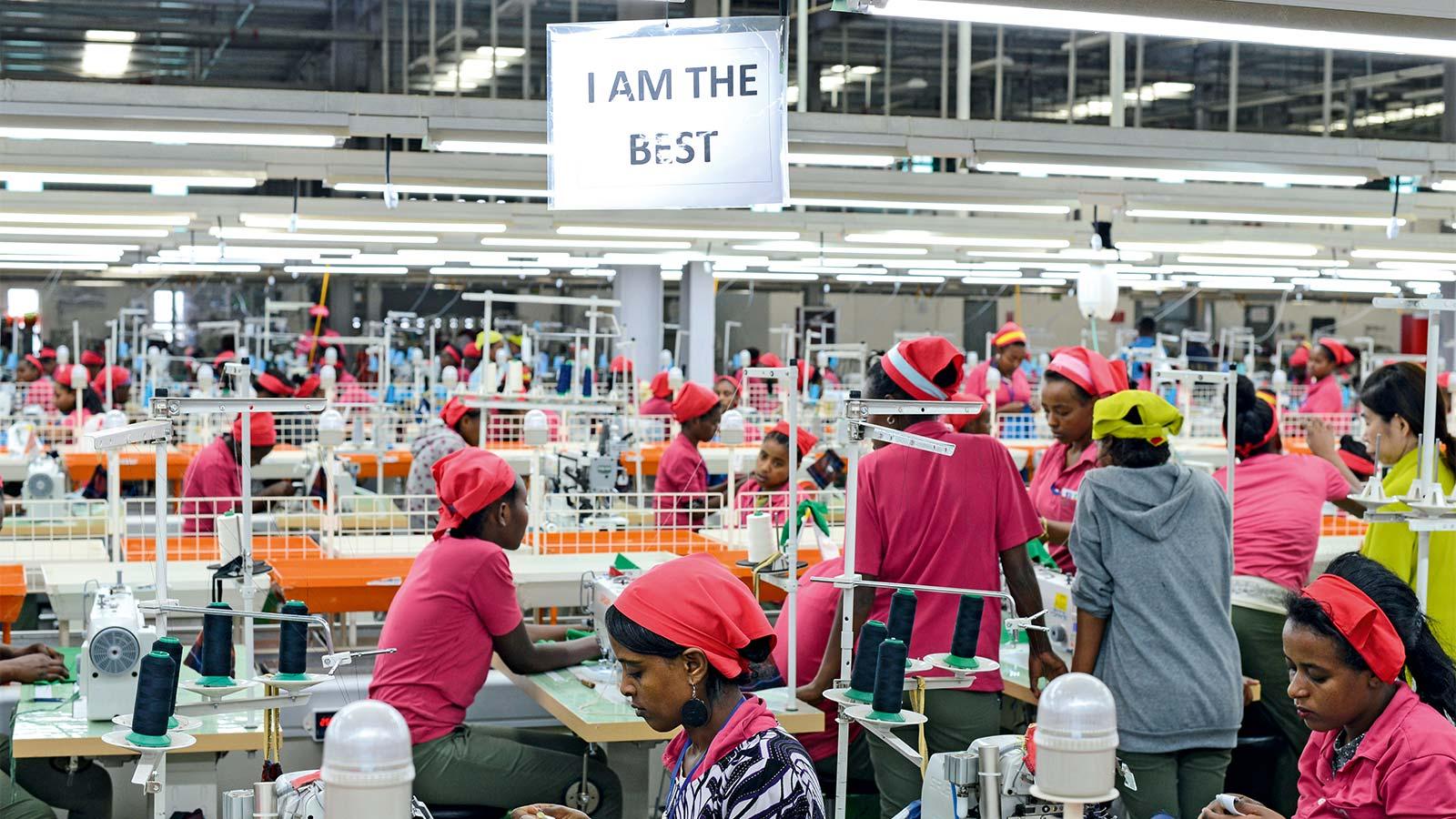 Značky jako Adidas, Nike a Calvin Klein si své oblečení vyrábějí v Asii už léta.