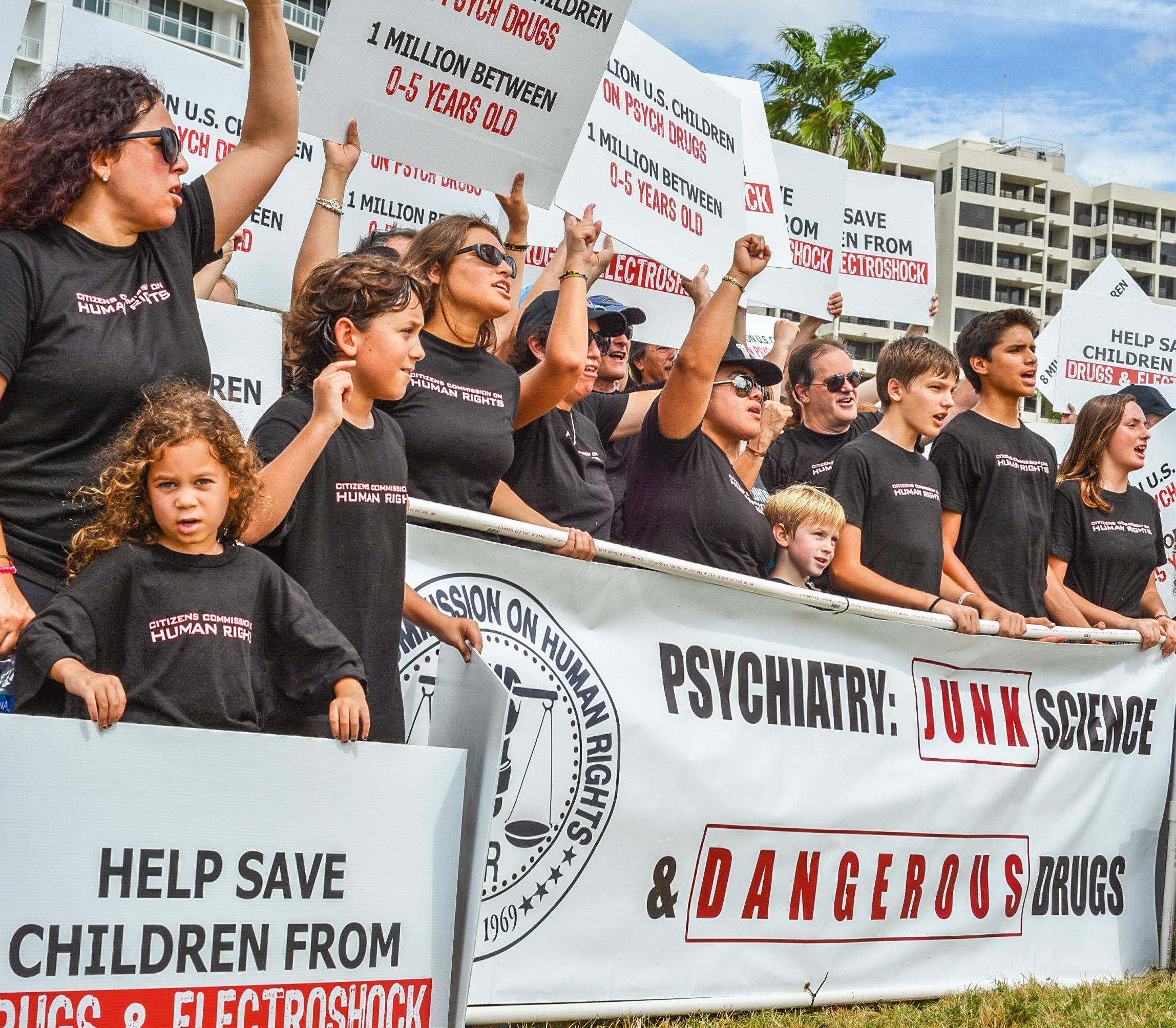 CCHR protestuje proti psychiatrickému drogování kojenců a vzdělává návštěvníky výstavy o  psychiatrii: Muzeum průmyslu smrti na North Fort Harrison Avenue